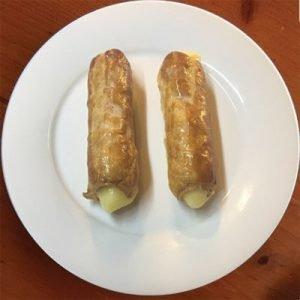 Caña de hojaldre rellena de crema catalana